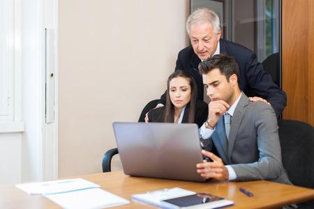 Hombres de negocios en el trabajo en su oficina