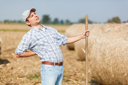 Boer met rugpijn Stockfoto