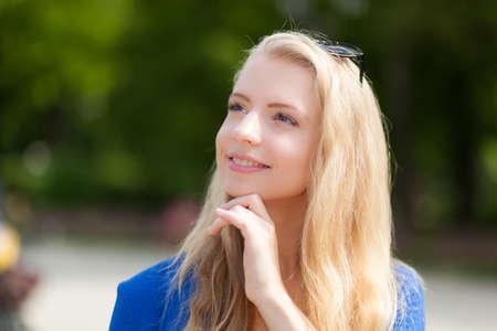 A beautiful blond girl in a park 免版税图像 - 154905667