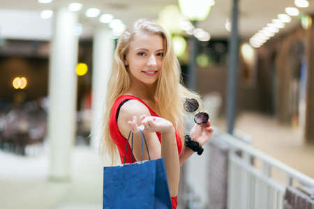 Young woman in a mall 免版税图像