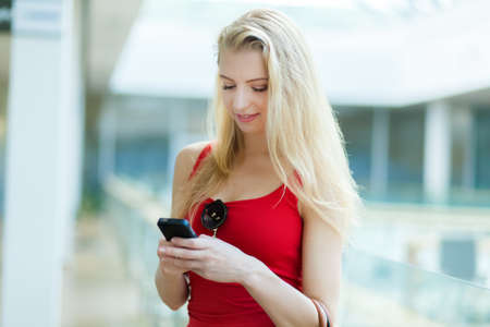 Young woman typing on the phone 免版税图像 - 154905732