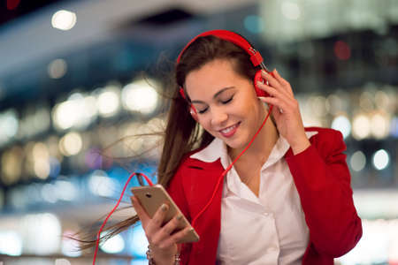 Woman listening music from her cellphone 免版税图像 - 154905755