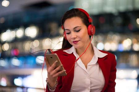 Woman listening music from her cellphone 免版税图像 - 154905979