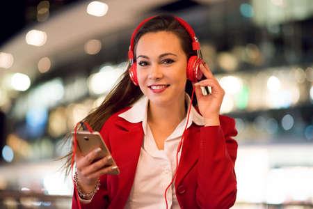 Woman listening music from her cellphone 免版税图像 - 154906040