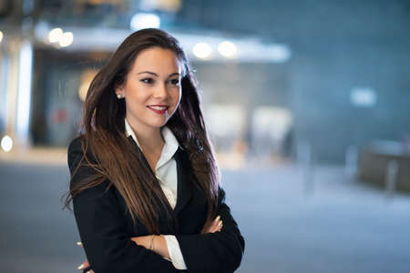 Young businesswoman portrait in a modern city setting at night 免版税图像 - 154906484