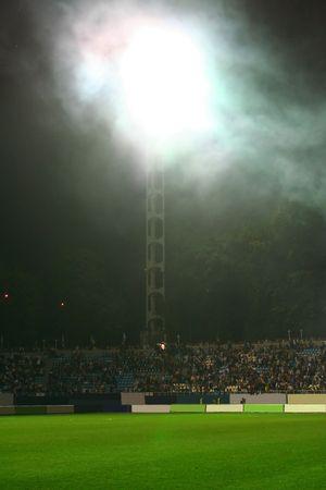Apr�s la bataille. Sur le stade. La lumi�re dans le nuage de fum�e;