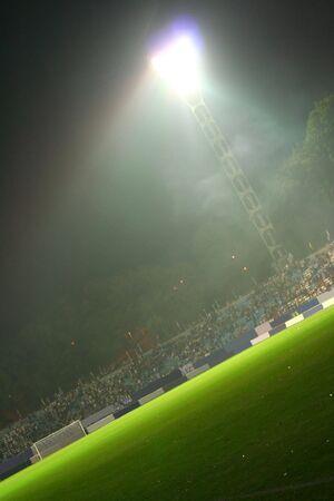 Apr�s la bataille. Sur le stade. Lumi�re dans le nuage de fum�e;