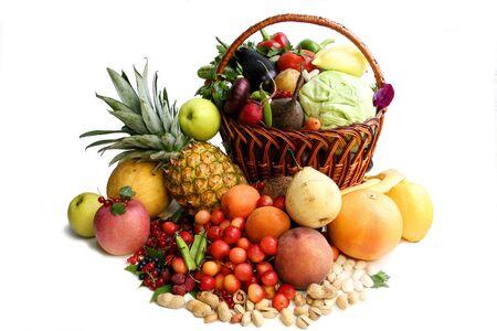 corbeille de fruits: Delicious v�g�tative composition. Natures mortes sur le fond blanc