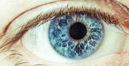 Fotos de primer plano de un ojo azul abierto.