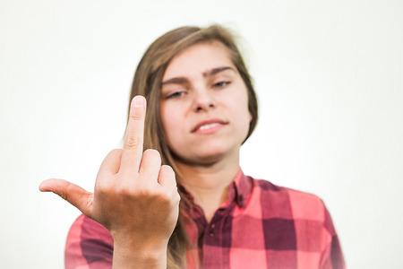 irrespeto: Joven adolescente está mostrando un dedo medio con la forma de falta de respeto
