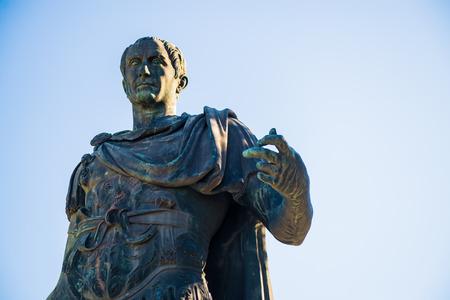 roma antigua: Foto de una estatua de C�sar en Roma