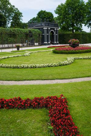 schoenbrunn: Schuenbrunn Palace, photo of the beautiful gardens, Vienna, Austria
