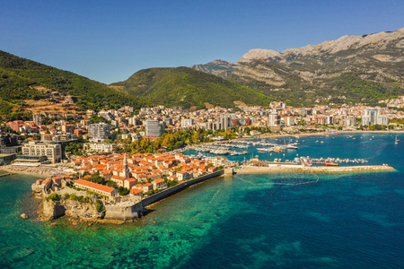 Budva is a town in Montenegro on the Adriatic Sea. Part of the Budva Riviera, its known for sandy beaches and nightlife. Stone walls built by the Venetians surround the narrow streets of the medieval old town (Stari Grad). 版權商用圖片