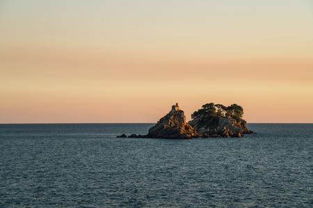 It is located opposite the town of Petrovac. It has a small church of the same name built upon it. Coupled with the other islet, Katič, it makes an attraction for diving enthusiasts. Reklamní fotografie