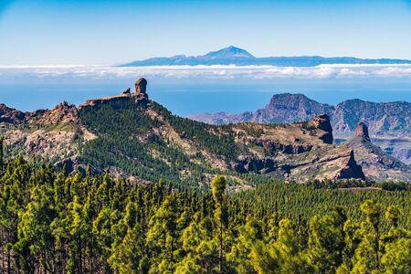 Vue pittoresque et colorée de Roque Nublo et El Teide - Tejeda, Gran Canaria, Îles Canaries, Espagne