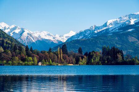 Zell Am See - l'un des lacs les plus connus des belles Alpes. Sérénité et calme.