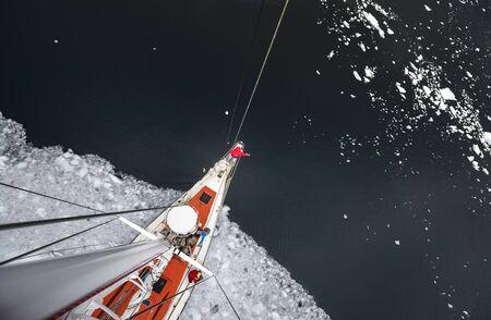Uitzicht vanaf de mast op het dek van een scheeps-ijsbreker met een team van mensen. Andreev.