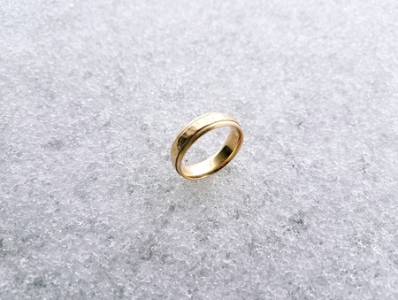 gold wedding ring on ice Imagens