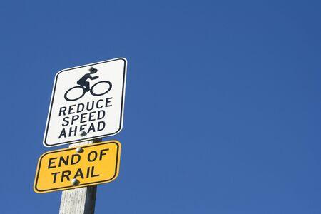 cease: Ridurre la velocit� in anticipo, al termine del segnavia