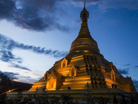 gloden: Gloden pagoda at Kamphaeng Phet Stock Photo