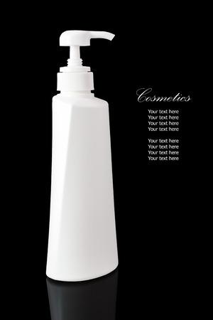 reflexion: Envase cosmético blanco en blanco para la crema hidratante crema para el cuerpo aislado en fondo negro con la reflexión.
