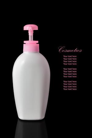 reflexion: Envase cosmético blanco en blanco para la crema hidratante crema para el cuerpo aislado en fondo negro con la reflexión. El archivo incluye un trazado de recorte por lo que es fácil de trabajar. Foto de archivo