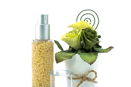cremas faciales: Suero hidratante para la cara y el cuidado del cuerpo concepto: botellas de cremas, lociones o crema cosmética con aisladas sobre fondo blanco. Foto de archivo