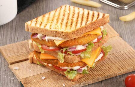 Toast Fried Chicken Sandwich, Hummer Sandwich, Clubhouse Sandwich auf Holzhintergrund mit rohem Gemüse und Pommes? Standard-Bild