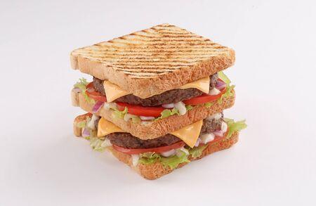 Single und Double Beef Burger mit Cheddar-Käse und Toastbrot auf weißem Hintergrund