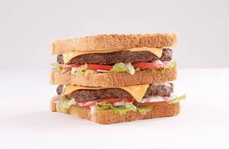 Single und Double Beef Burger mit Cheddar-Käse und Toastbrot auf weißem Hintergrund Standard-Bild