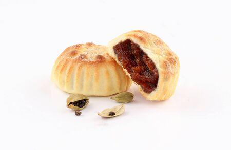 arabic oriental cookies dates maamoul with Cardamom eid al fitr and ramadan sweet isolated on white background Zdjęcie Seryjne