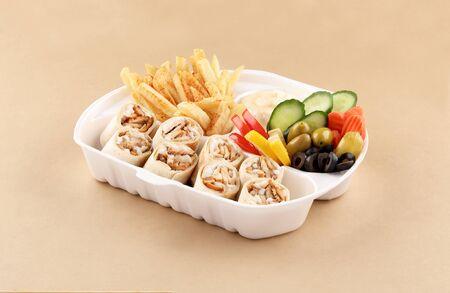Tortilla de pollo shawarma comida un sándwich y medio con aperitivo, patatas fritas en caja de shawarma vista alta Foto de archivo