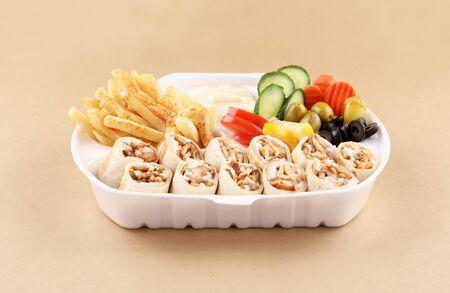 Comida de shawarma dos sándwich de tortilla con aperitivo y patatas fritas en vista frontal de la caja de shawarma Foto de archivo
