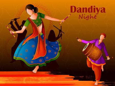 Ludzie grający tradycyjny taniec ludowy Garba w noc Dandiya z okazji Navratri podczas Dasera