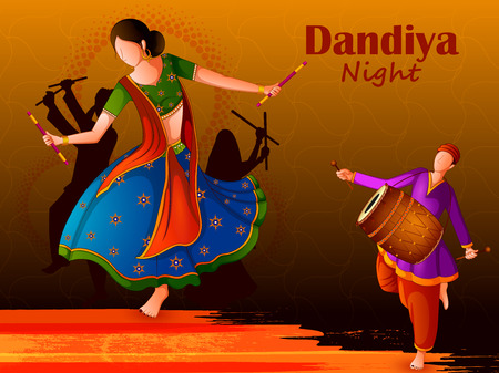 Personas jugando danza folclórica tradicional Garba en la noche de Dandiya celebrando Navratri durante Dussehra