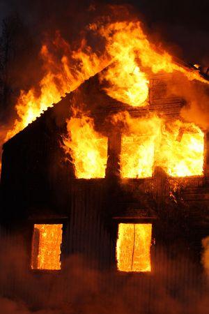 house on fire: Una vieja casa de madera de combusti�n