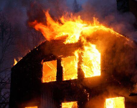 house on fire: Casa de madera enterrar. Foto de archivo
