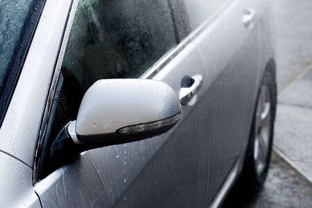 umyty: A samochodów jest myte przez waterspray z wężem.