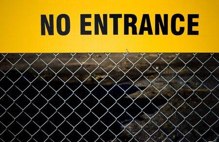 """no entrance: """"No Entrada"""" signo en una valla. Foto de archivo"""