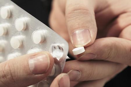 blister: Een genees middel pil nemen uit van een blisterverpakking  Stockfoto