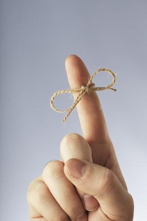 dedo                �ndice: Un hilo de c��amo de Manila obligado alrededor de un dedo �ndice Foto de archivo