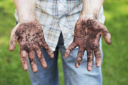 Un homme montre des mains sales après petits travaux de jardinage Banque d'images