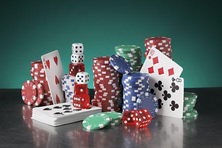 Natura morta con poker chips, carte da gioco e dadi.
