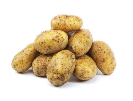 papas: Un mont�n de patatas sucias cosechadas en blanco