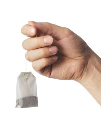 Hand holding eine trockene Teebeutel Standard-Bild