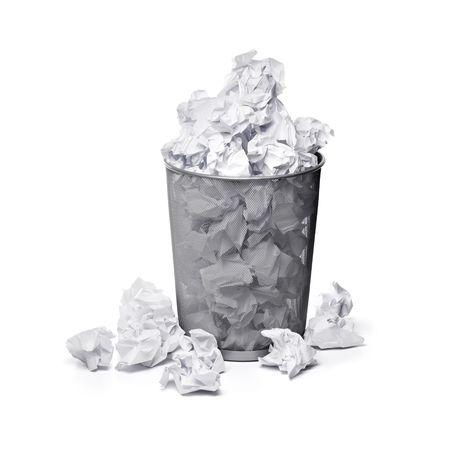 trash basket: Una papelera llena de papel crumpled