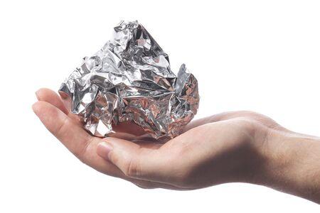 Mano sosteniendo un ceñido de lámina de aluminio crumpled