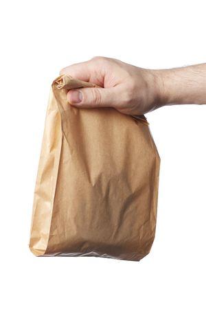 Hombre sosteniendo una bolsa de papel marrón con contenido en su mano.