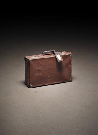 maletas de viaje: Antigua maleta marr�n abandonado en el piso de concreto sucio