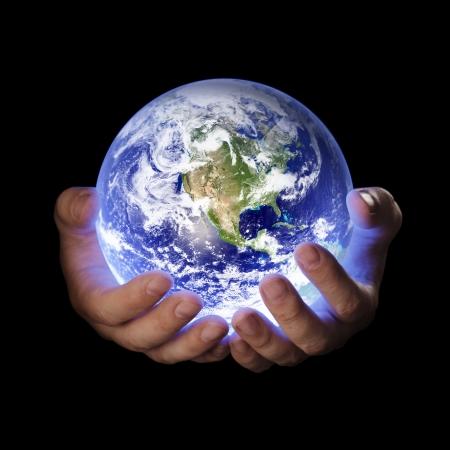 mundo manos: Hombre que sostiene un brillante globo de tierra en sus manos. Imagen de tierra proporcionada por la Nasa.